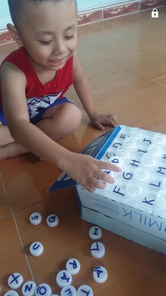 bang chu cai nap chai 4 - Dạy con học bảng chữ cái dễ dàng nhờ tận dụng chai nhựa cũ