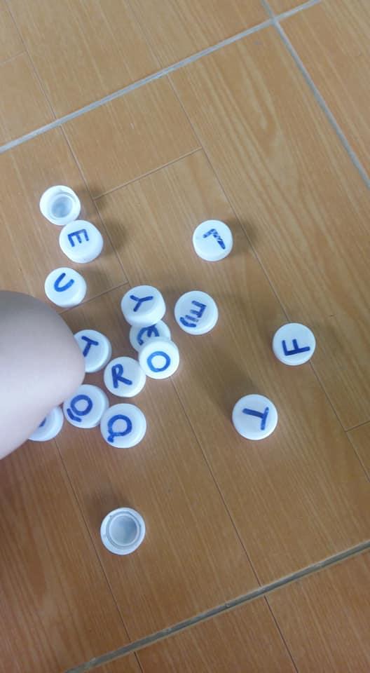 bang chu cai nap chai 7 - Dạy con học bảng chữ cái dễ dàng nhờ tận dụng chai nhựa cũ