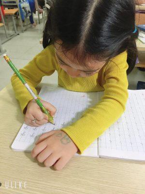 but mai thay anh 2 2 300x400 - Dạy trẻ mẫu giáo viết chữ đúng chuẩn